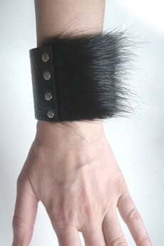 Mikashka - Bransoleta skórzana z futrem czarna
