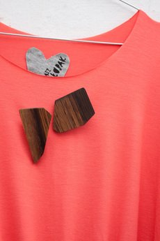 wyglądasz jak chłopak - sukienka z drewnianymi broszkami