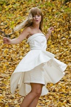 MADE LINE - Biała efektowna sukienka z opinaną baskinką.