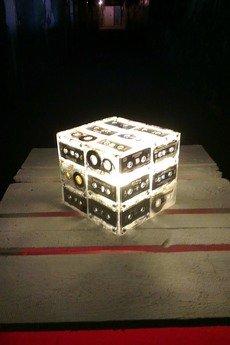 - Lampa sześcian z białym światłem