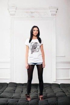 - Biały T-shirt z nadrukiem kruka