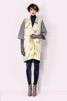 - Pastelowy płaszcz w kwiaty