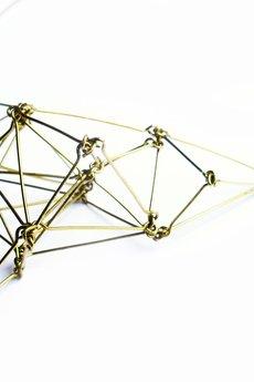 Projekt Mosko - Złoty geometryczny naszyjnik z mosiądzu Futuristika