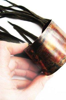 Projekt Mosko - Metalowa bransoletka ze skórzanymi frędzlami