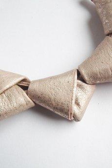 - Naszyjnik skórzany łososiowe złoto LOOPed