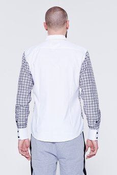 - Kratkowana koszula męska z białym kołnierzykiem i mankietami.