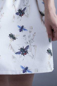 w kropki - MUCHY Biała spódnica w kolorowe robaki