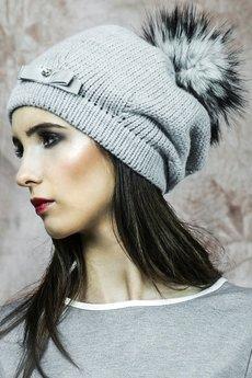 - Ciepła czapka z futrzanym pomponem