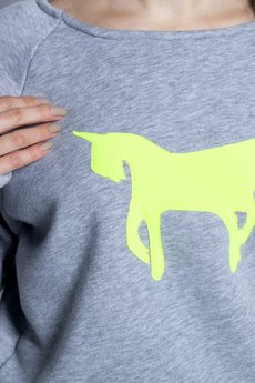 w kropki - Szara bluza z fluo jednorożcem