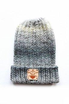 - szaro-kremowa, wywiajana czapka