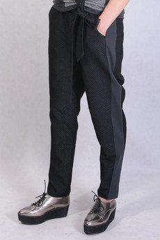 - pikowane spodnie z lampasami, kokardą i połyskiem