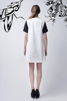 Luiza Kimak - biała sukienka z asymetrycznym nadrukiem
