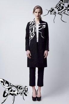Luiza Kimak - Czarny płaszcz z białą muchą