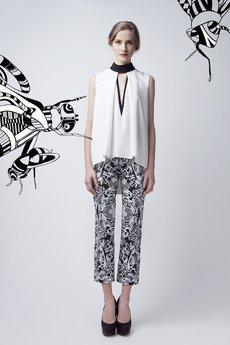 - Biała bluzka z czarną stójką