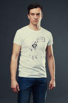 Koszulka on biala