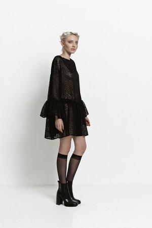 Sukienka z falbaniastym rękawem