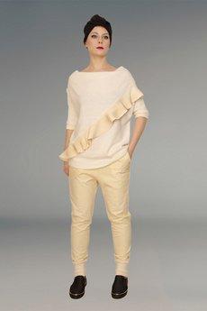 Non Tess - wełniany sweter ecru z falbanką