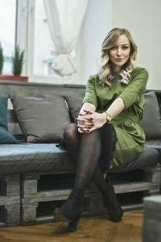 Aniesbrand - Oliwkowa sukienka z koronką i szarfą