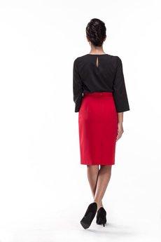 Czerwona spodnica o kroju olowkowym