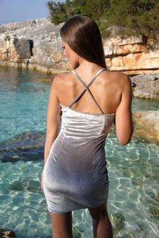 Krotka aksamitna sukienka ze skrzyzowanymi ramiaczkami