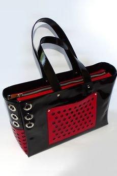- Duża torba na ramie na szerokim pasku z cwiekami i perforacją - czarny/czerwony, błyszcząca faktura