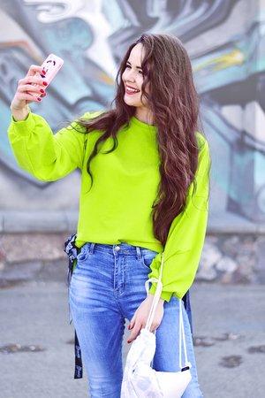 Neonowa bluza damska z taśmami