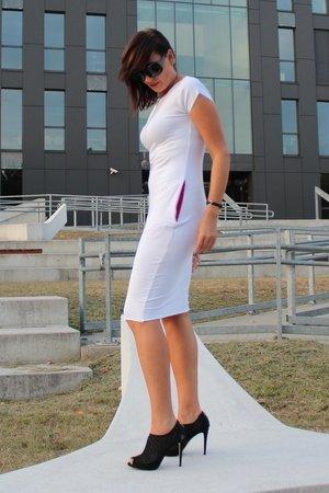 Sukienka sportowa z kieszeniami biała