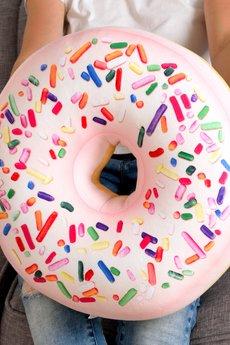 Poduszkownia - Poduszka Donut pączek duży z posypką różowy XXL