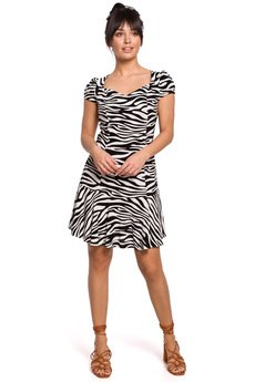 Be - Sukienka mini z nadrukiem i falbaną u dołu - B157