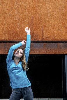 ONE MUG A DAY - Niebieska dopasowana długi rękaw szeroki dekolt