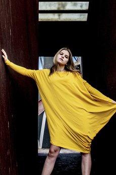 ONE MUG A DAY - Asymetryczna sukienka długi rękaw musztarda
