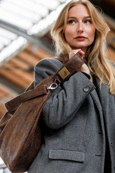 Karolina Audycka - Brązowa zamszowa torba worek